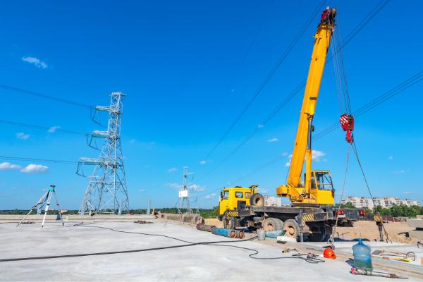 高速道路橋で資材を運搬する建設機械
