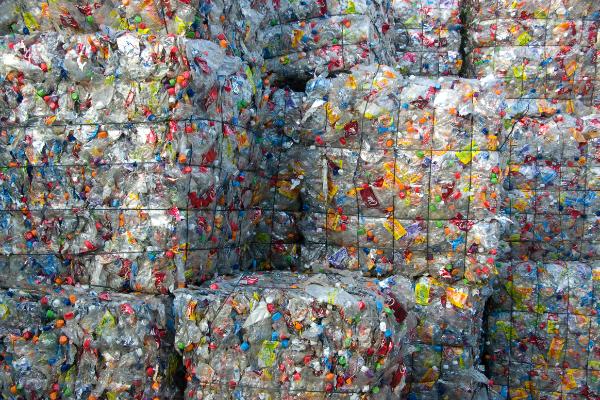 リサイクル工場で圧縮されたペットボトル