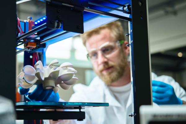 3Dプリンタで製作させたタービンホイールを確認するエンジニア