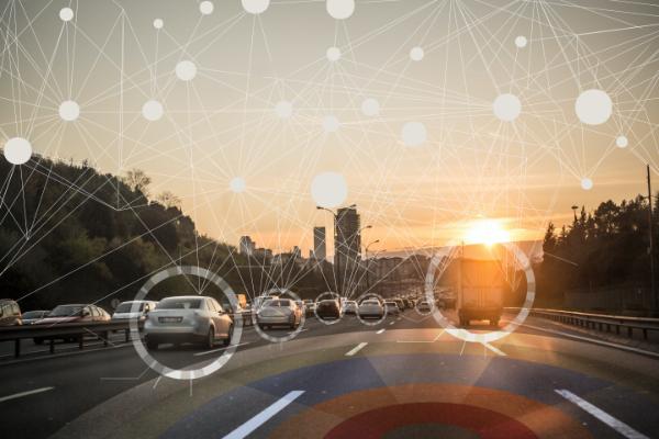 自動運転車とネットワークで繋がる自動車