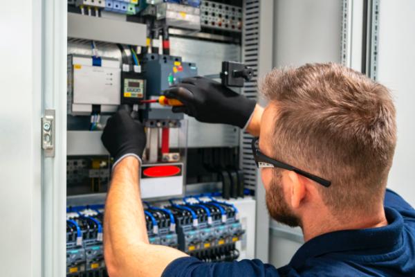 電子制御盤を操作するエンジニア
